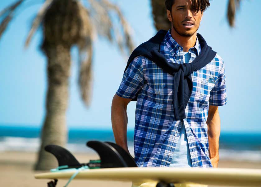 ビーチで着るアメカジは〈ブルックス ブラザーズ レッド フリース〉で!夏気分を盛り上げる海に似合う柄アイテム!
