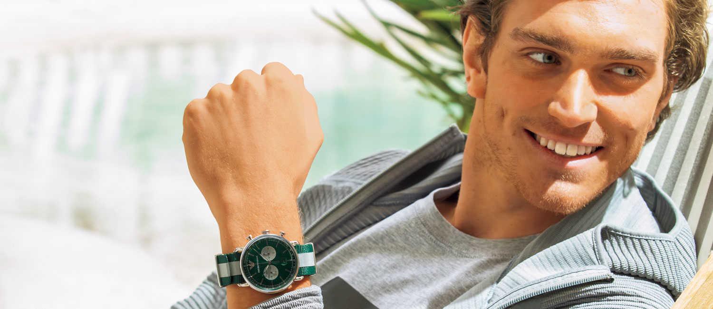 """初夏の日差しに似合う〈エンポリオ アルマーニ〉の新作時計!リラックスしたい休日は手元に""""グリーン""""差し!"""