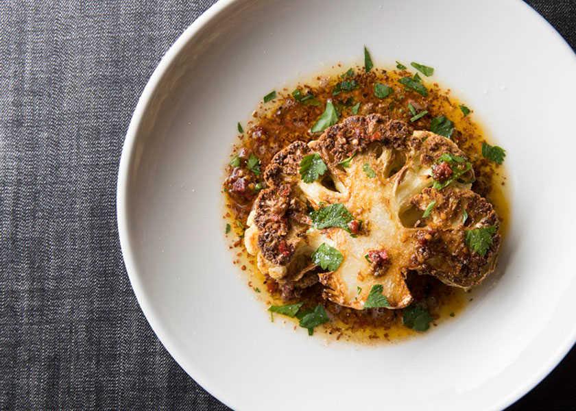 カラダが喜ぶヘルシー料理! ザ バーン サスティナブルグリル レストランカリフラワーステーキ カルダモンと自家製アリッサ