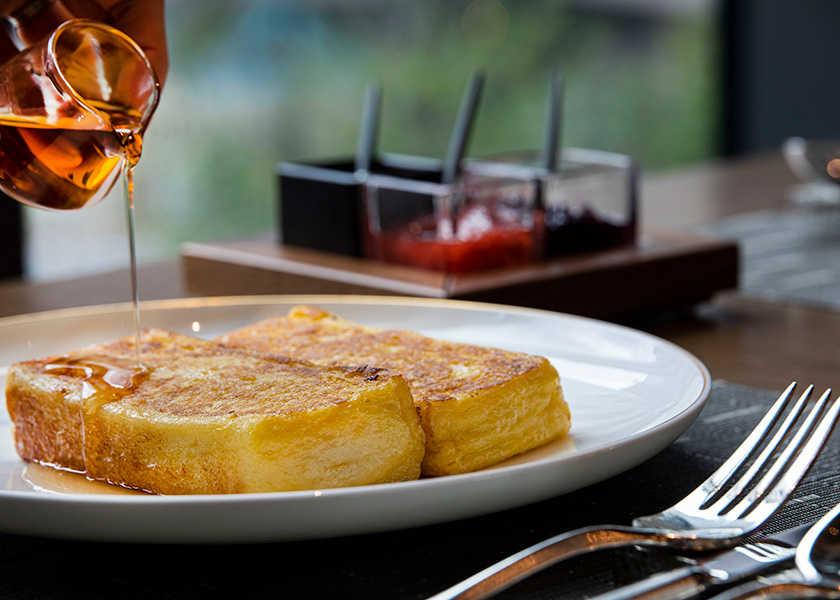 ホテルの名物メニューを彼女と♡ 話題のホテル、ジ・オークラ・トーキョーの伝統フレンチトーストとは?