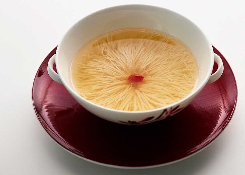 ホテルの名物メニューを彼女と♡ 豆腐がまるで菊の花!?見た目にも美しい芸術的スープ!