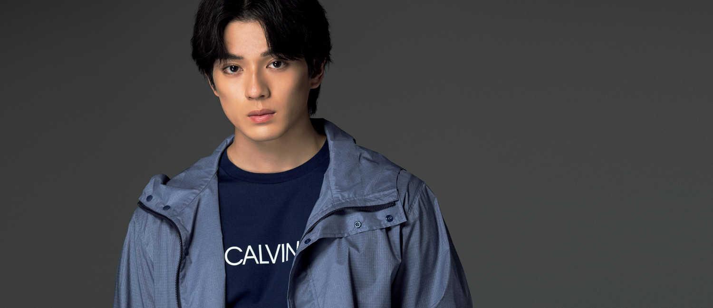 俳優・新田真剣佑さんが着る〈CK カルバン・クライン〉の新作!大人の機能性アウターをセンスよく着こなす!