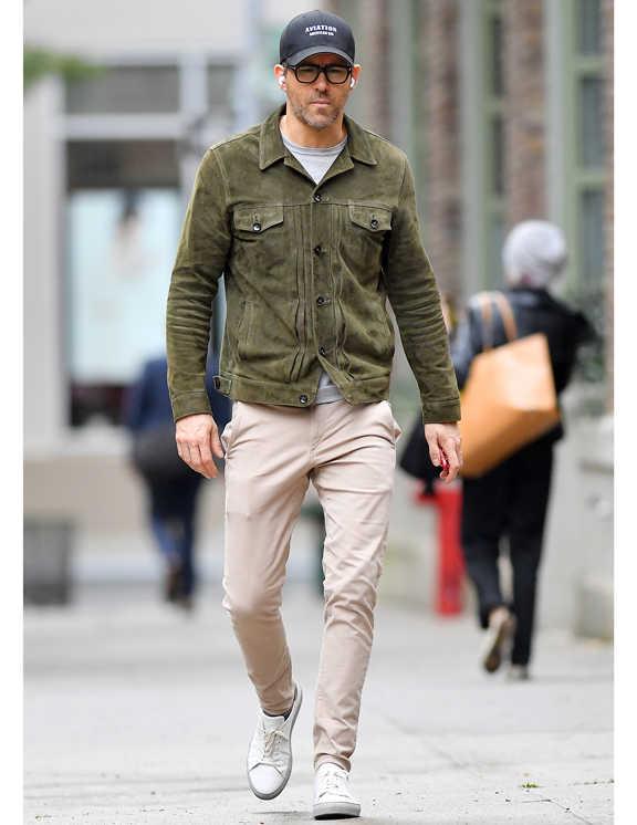 ライアンお得意の春のスウェードJKコーデ。ぐっと渋いカーキ色を着ているけど、これが軽快に見えるのは、パンツを淡ベージュ、スニーカーを真っ白にして、ヌケを意識しているからだろう。ジャケットも、襟をグッと広げ、下ボタンをはずす。ここにもきっちりヌケ感を作り出しているのもさすがだ。こういった大人っぽく見えるコーデを作るときは、やっぱりライアンのようにカラダにぴったりとくるサイズ感を選ぶっていうのもミソ。