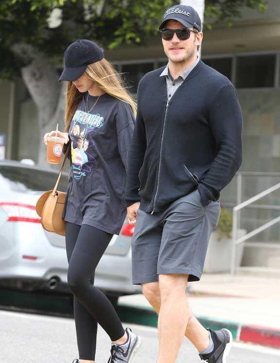 ハーフパンツのカジュアルスタイルも、グレー×ネイビー合わせなら都会的。彼女とのデートだからか!? Tシャツじゃなくシャツ、スウェットじゃなくニットにしてクリスは大人感を上手にプラス。