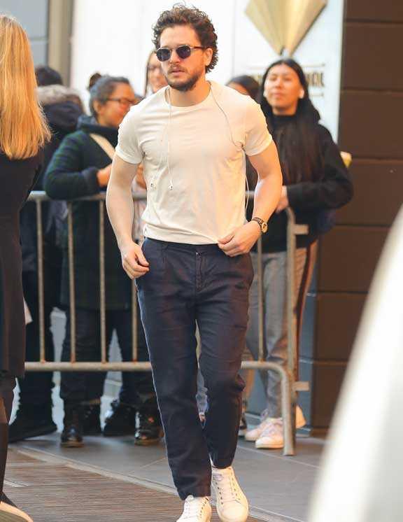 黒パンツに合わせたのは、うっすらとベージュがかったTシャツ。もちろんメリハリのつく白という選択肢もあるけど、都会のシックさを見せるなら、こんなベージュで肌に馴染ませるのが正解。これなら、すぐにでも実践できそう。