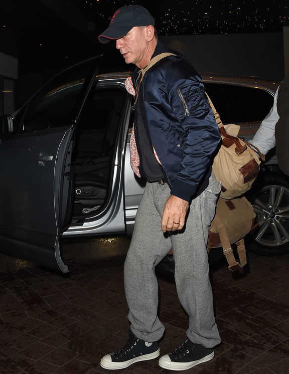ネイビーのMA-1姿で登場したのは、ご存知007俳優のダニエル。デニム愛好者でもある彼だが、今回ゆるっとしたグレーパンツを合わせ、リラックス感たっぷりに着こなしたのが今どきなポイント。だらしなく見えないのは、汚れのない〈コンバース〉チャックテイラーのおかげ。白のサイドソールが全体を爽やかに引き締めている。裾のあしらい方もこなれ感たっぷり!